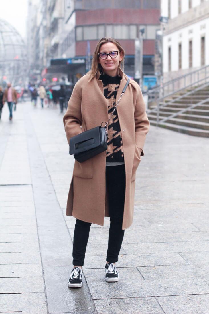 Street Style Vigo. Abrigo camel y gafas Tom Ford