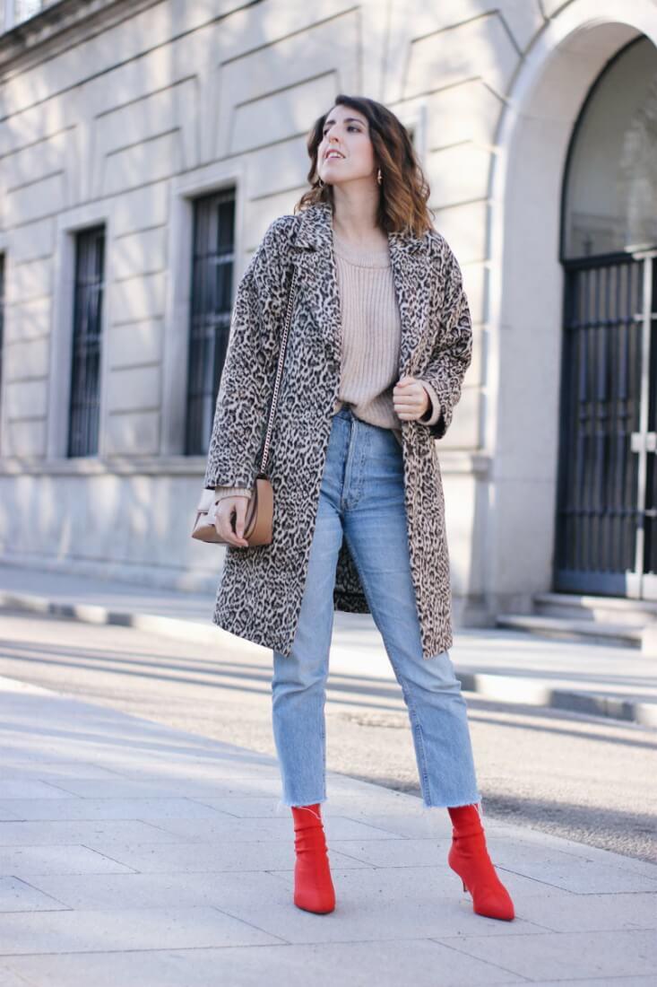 Abrigo de animal print y botines rojos