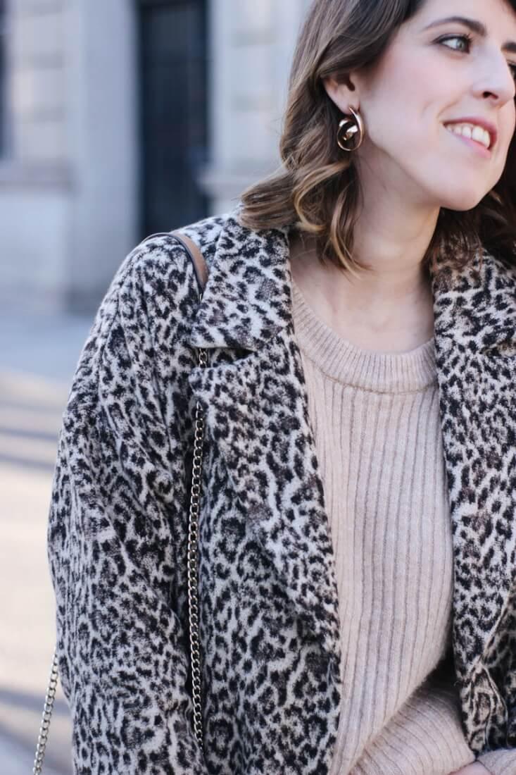 Jersey beige y abrigo estampado leopardo