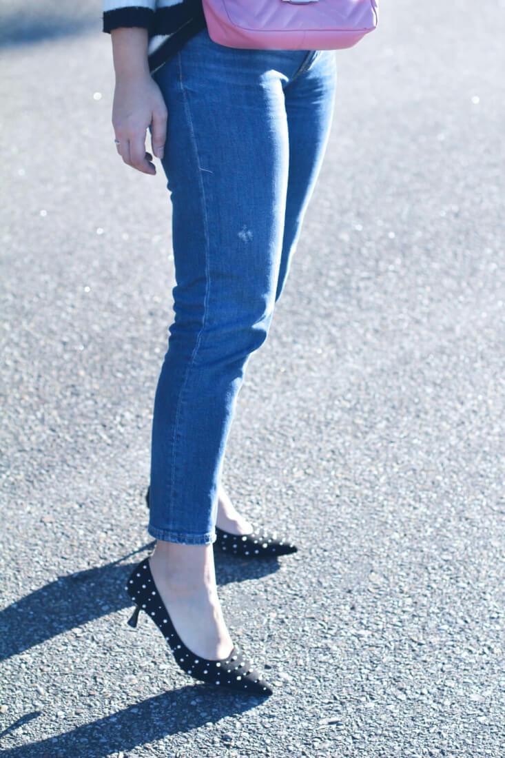 street-style-perlas-jersey-rayas-look-con-jeans-rectos