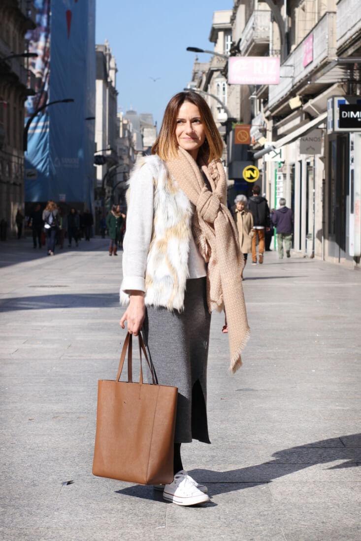 Street Style Vigo Febrero. Look con chaleco de pelo.