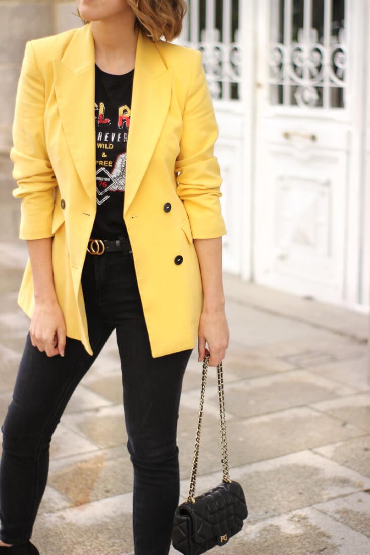 Americana amarilla, jeans negros