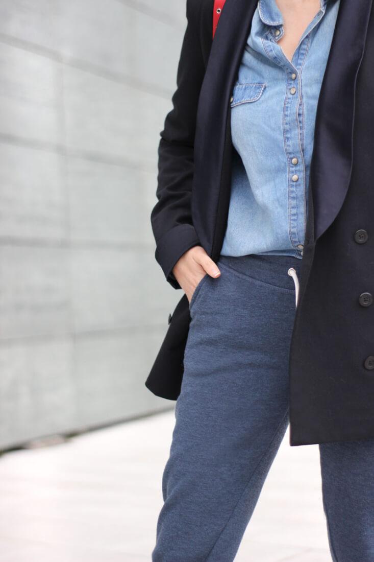 Americana azul marino y pantalón chandal