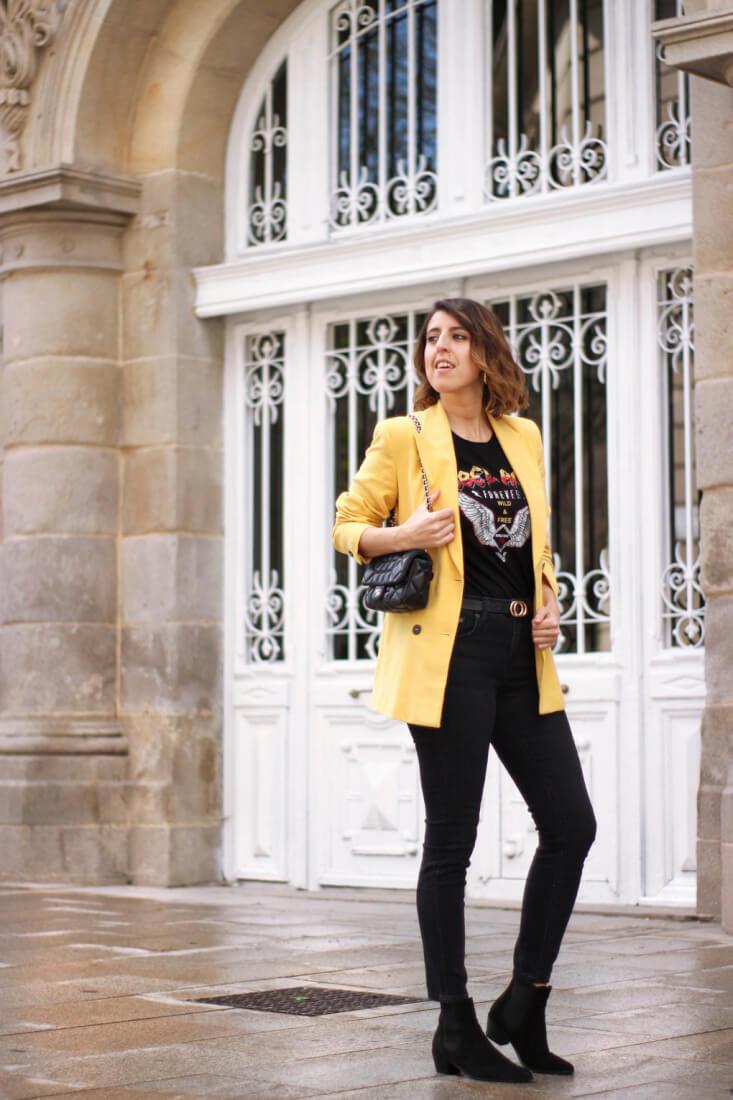 Blazer amarilla con jeans negros