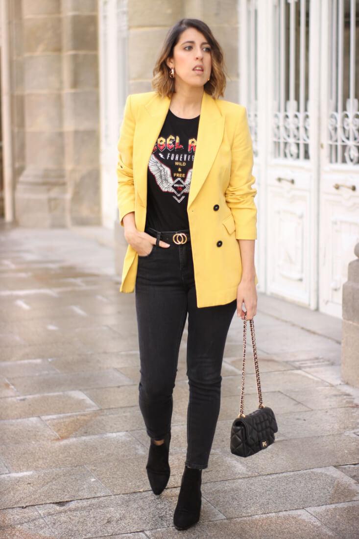 Blazer amarilla, cinturón H&M y jeans negros