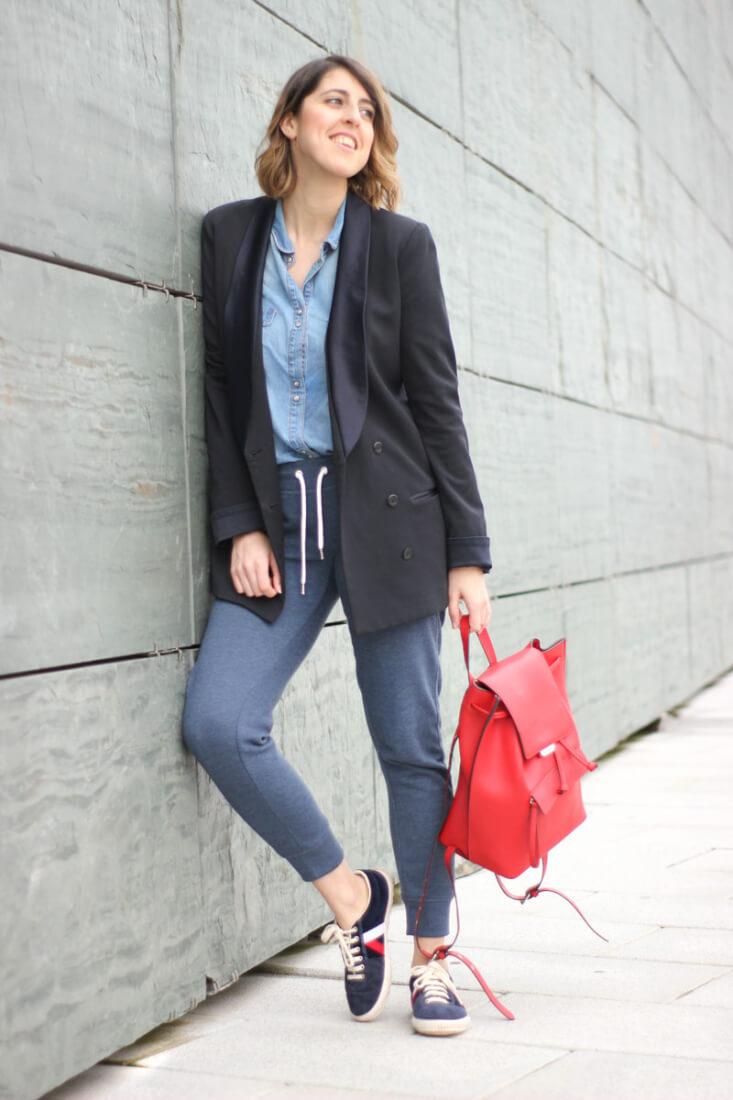 Pantalón chandal y mochila roja
