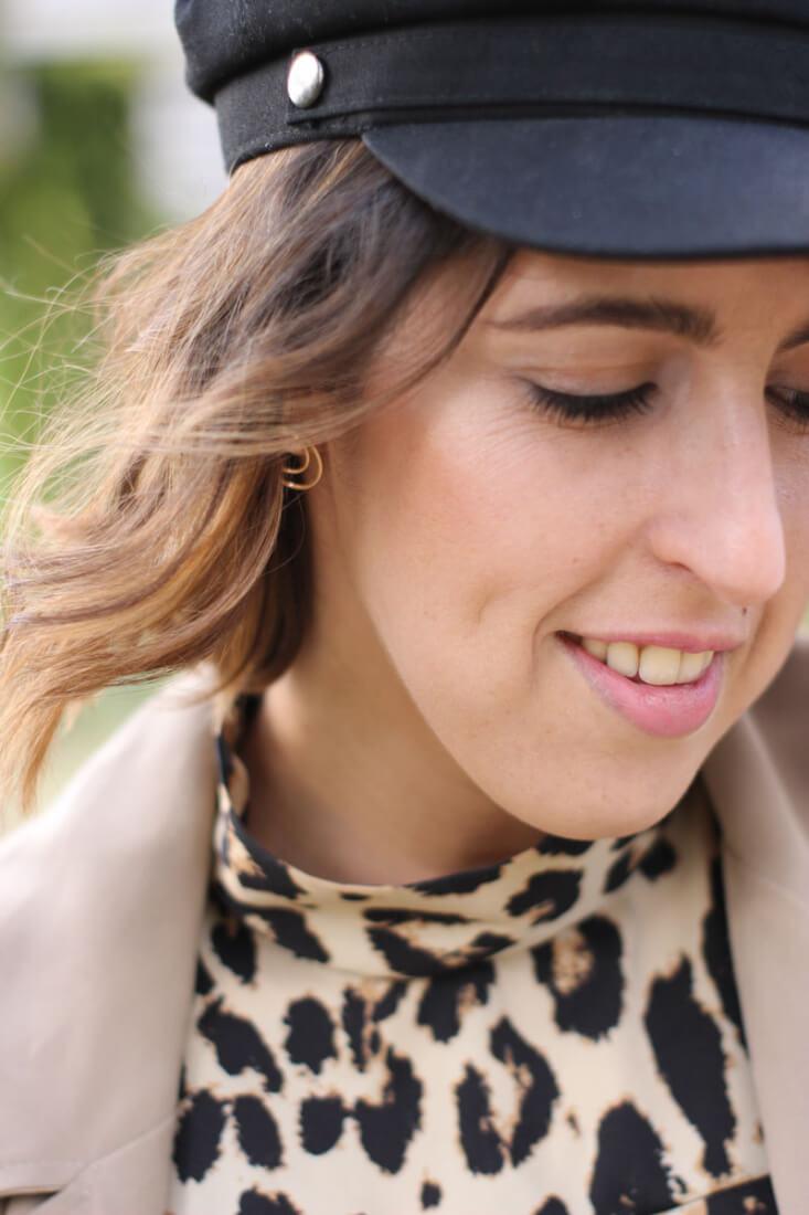 Pendientes de aro dorados. Vestido midi estampado leopardo