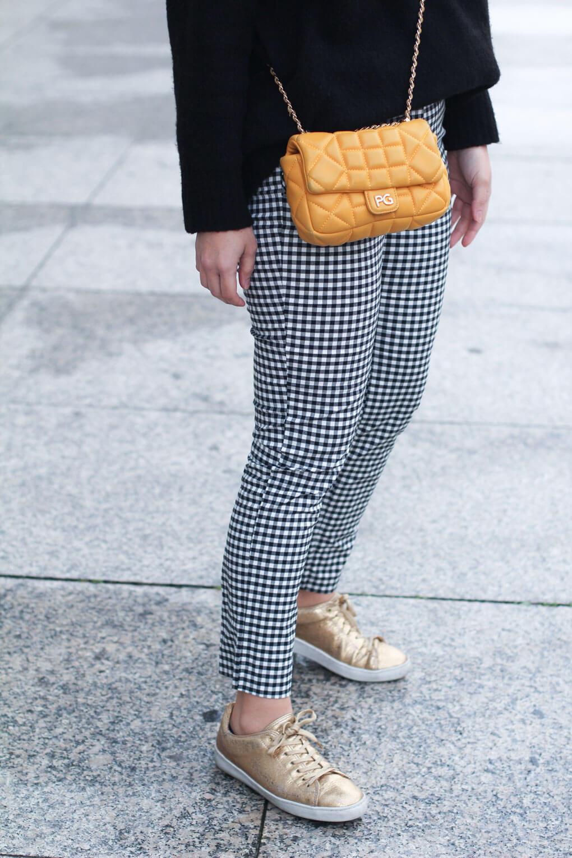 street-style-golden-sneakers-pantalón-cuadro-vichy-como-combinar-tus-deportivas-doradas