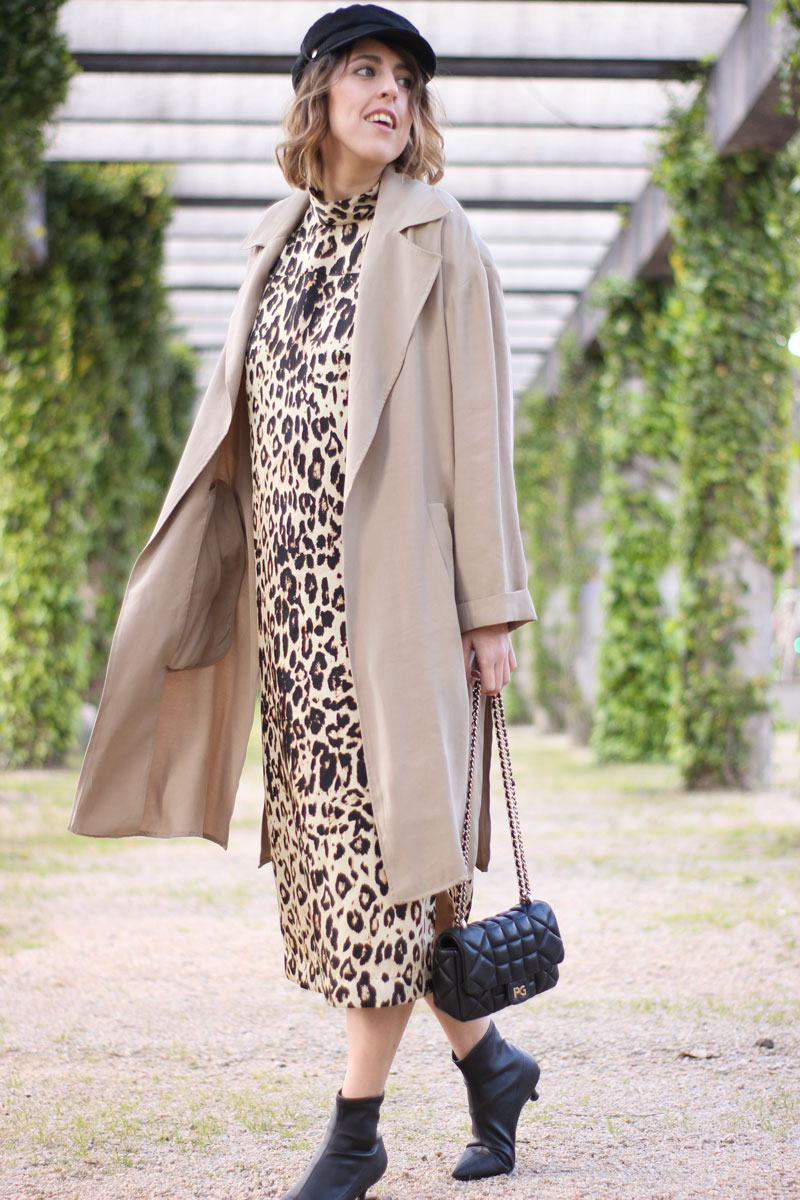 Trench con vestido animal print