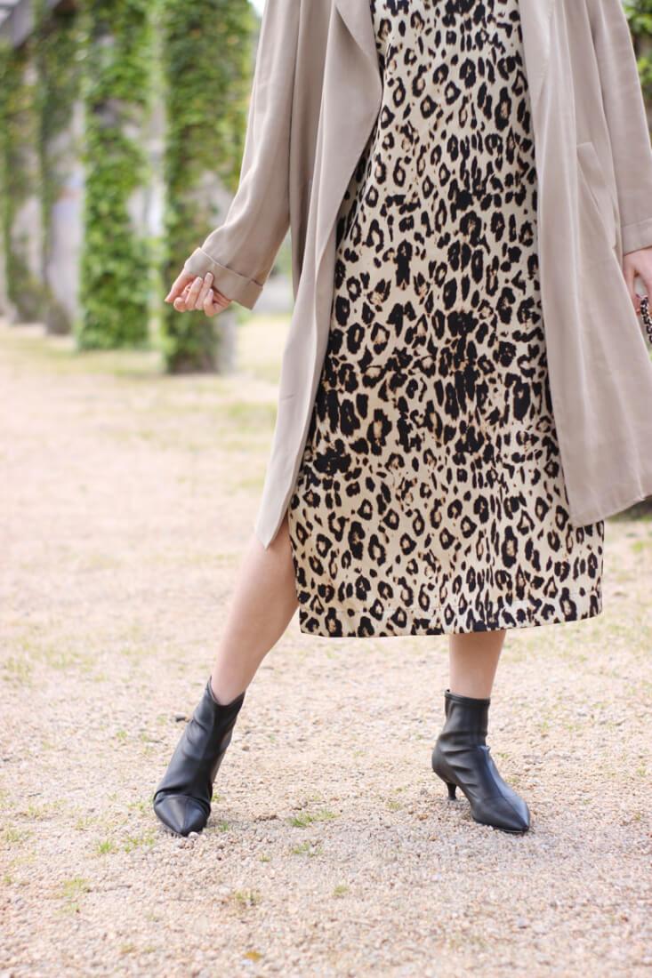 Vestido animal print con botines calcetín