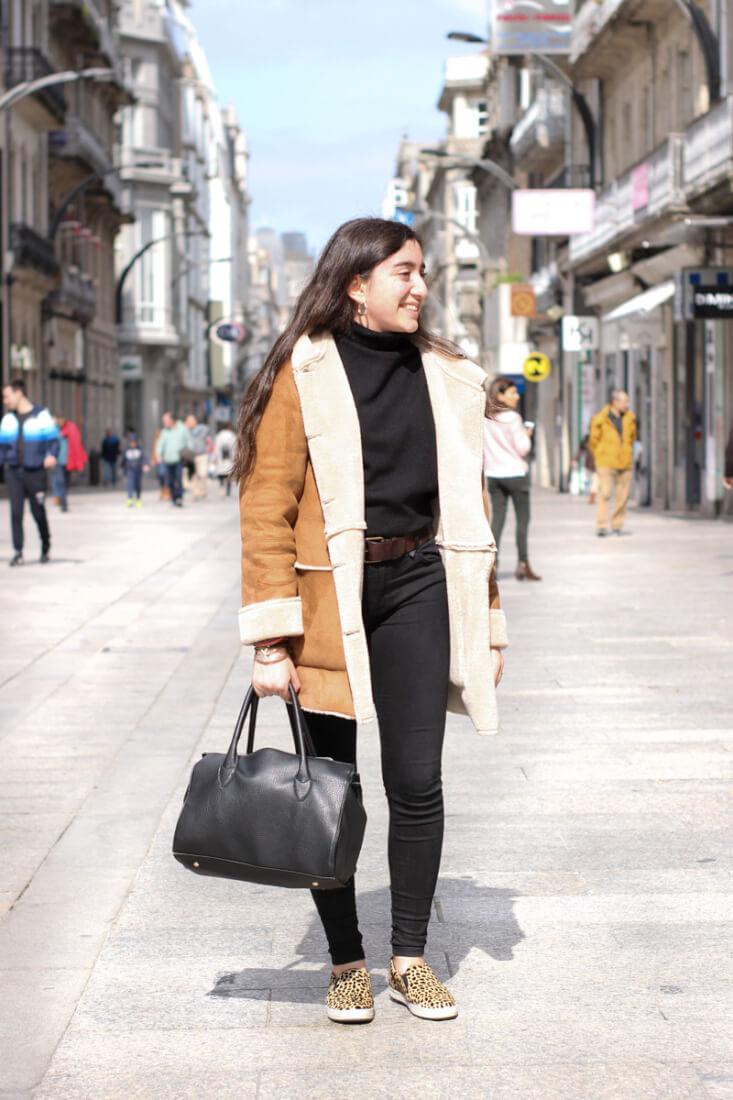 Look con abrigo borrego en Street Style Abril 2018