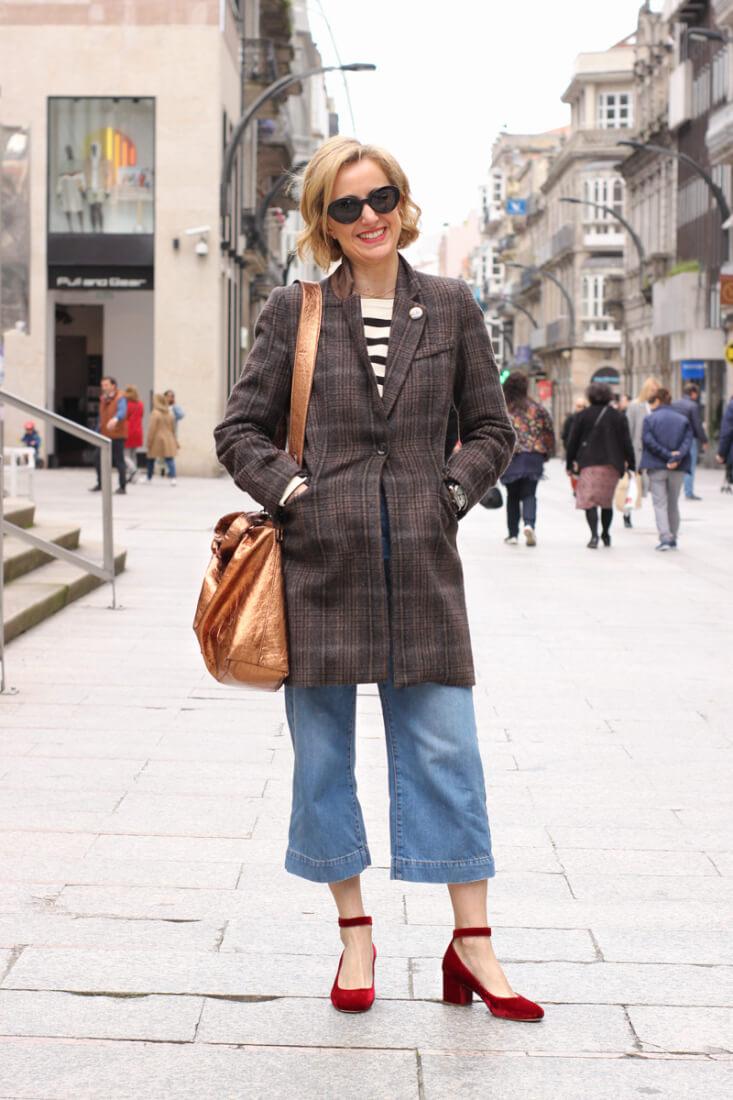 Look con abrigo de cuadros y zapatos terciopelo. VIgo Street Style Abril.