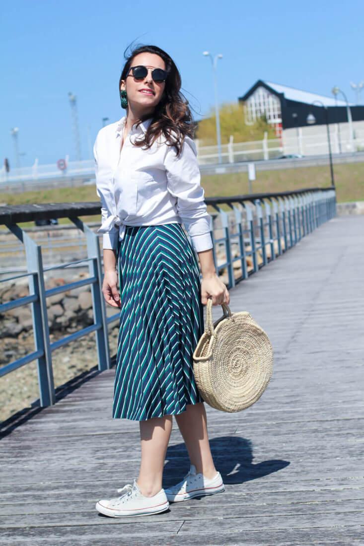 falda-plisada-street-style-falda-plisada-look-con-bolso-de-cesta (1)