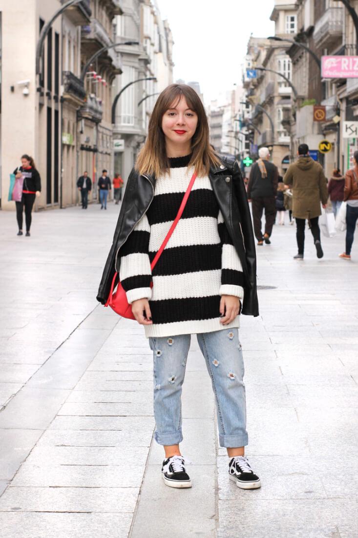 Jersey de rayas y bolso rojo. Look en Street Style Vigo Abril.