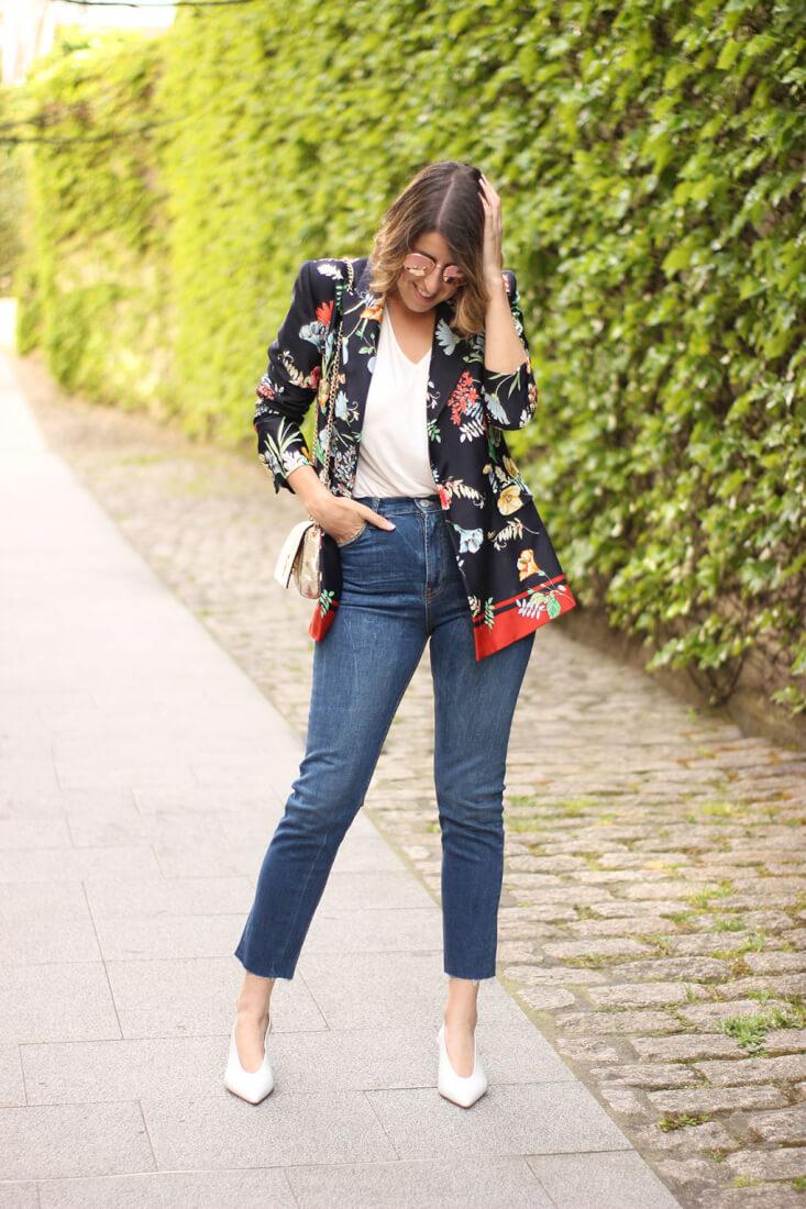 Americana estampado floral con jeans