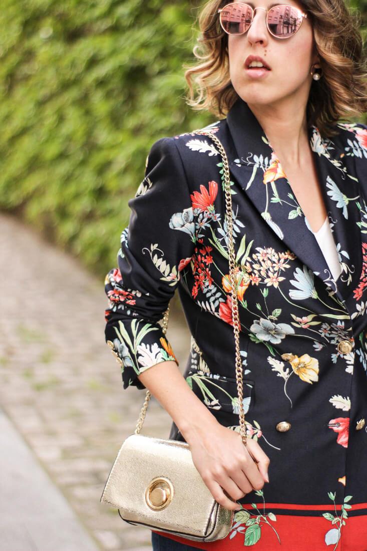 Blazer floral de Zara y bolso dorado Mango