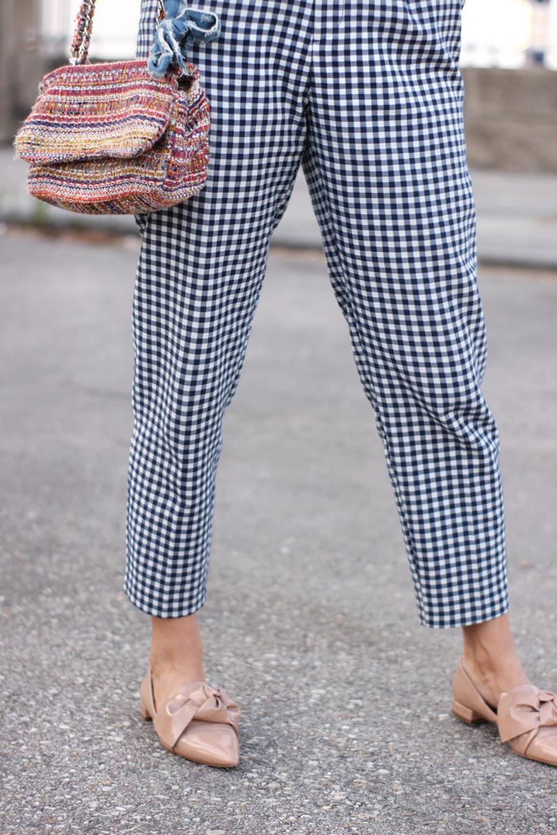 Pantalón de cuadros vichy y zapatos nude con lazo