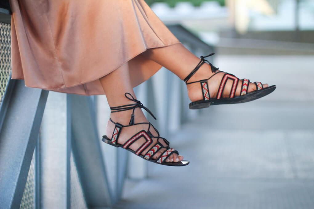 como-combinar-tus-sandalias-etnicas-vestido-de-raso