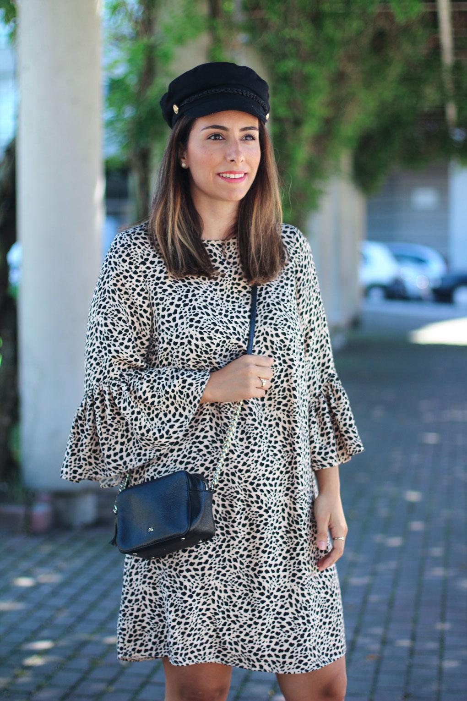 street-style-vestido-leopardo-street-style-gorra-marinera