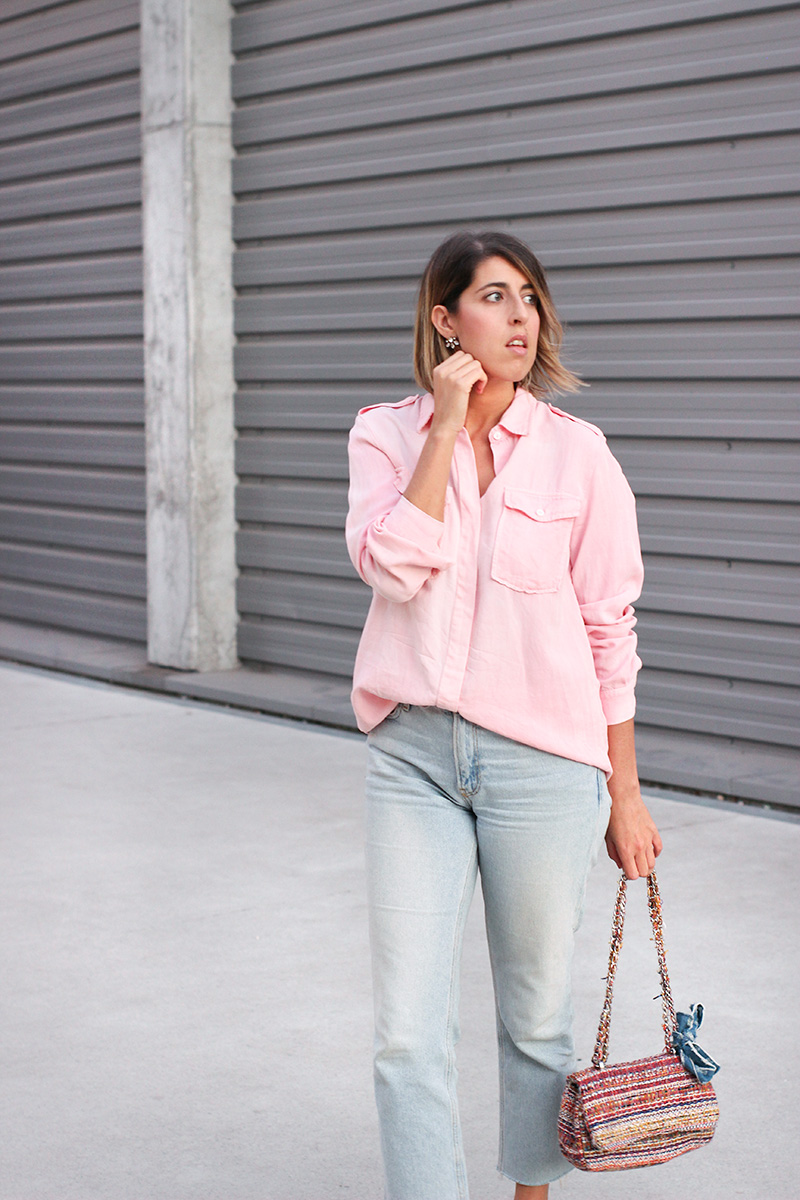 mom-jeans-camisa-rosa-bolso-multicolor