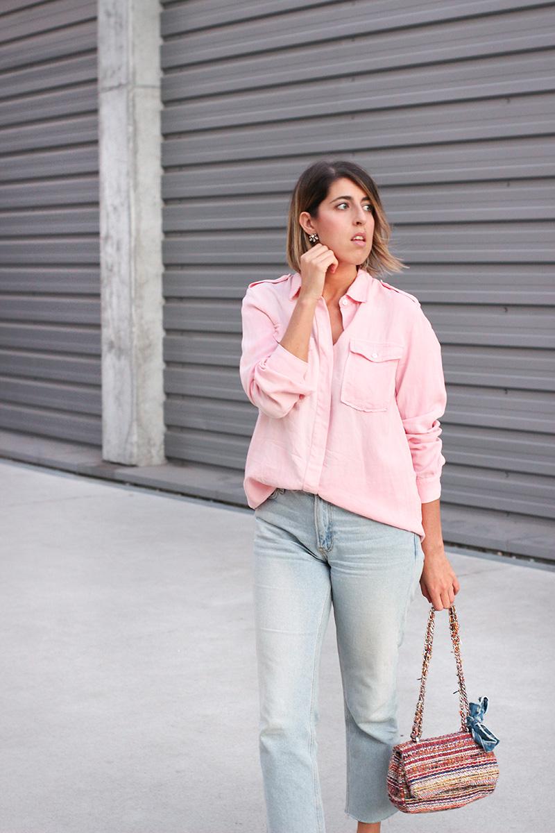 mom-jeans-camisa-rosa-bolso-multicolor