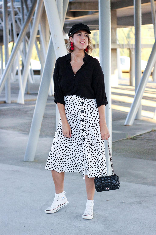 street-style-falda-lunares-como-combinar-tu-gorra-marinera-black-and-white-street-style-blanco-y-negro