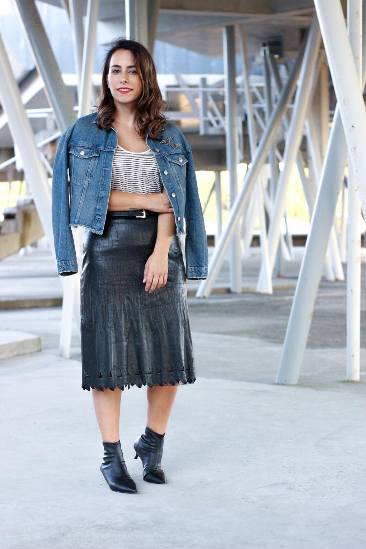 street-style-falda-negra-street-style-botin-calcetin-blanco-y-negro