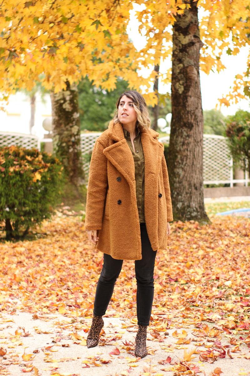 abrigo-pelo-rizado-jeans-negros