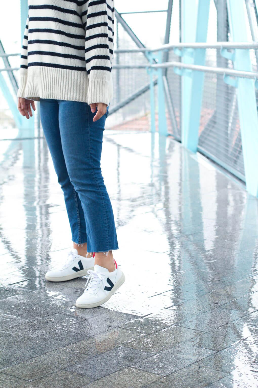 look-con-deportivas-veja-jeans-jersey-navy