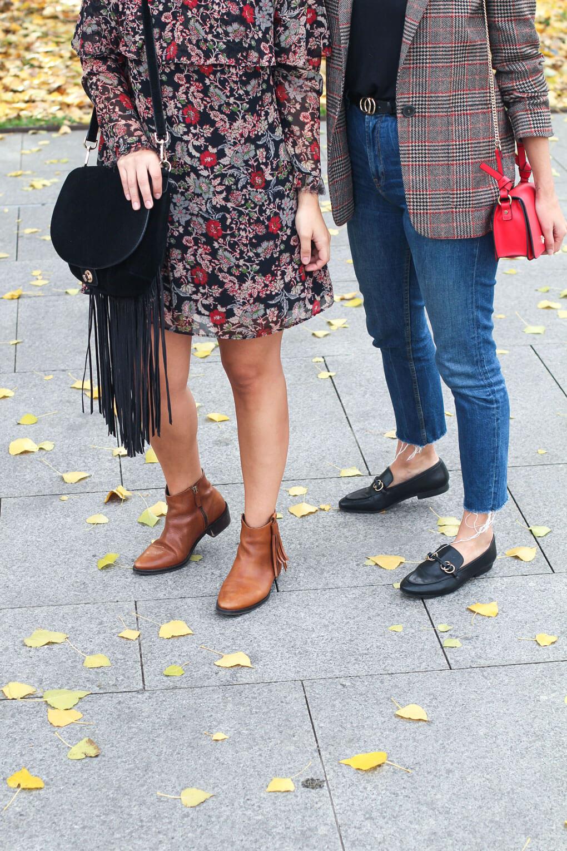 street style vestido de flores botas con flecos mocasines gucci mezclar estampados