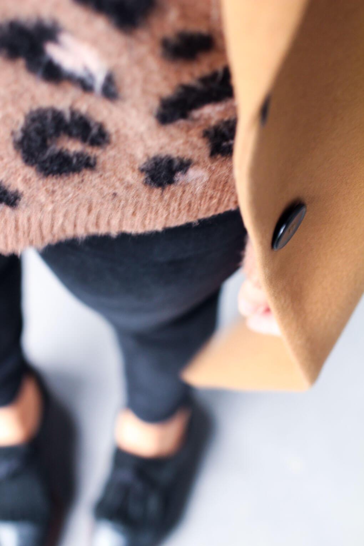 abrigo camel street style leopardo boina rosa
