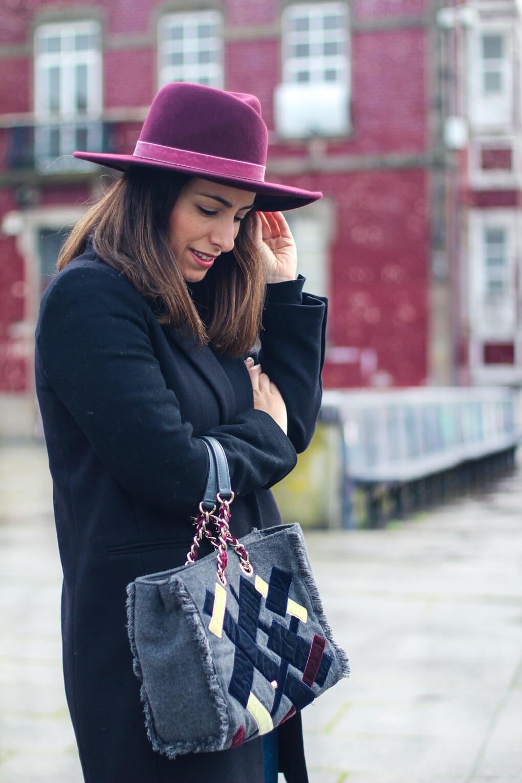 blog-moda-galicia-street-style-abrigo-negro-sombrero-granate-bolso-purificacion-garcia
