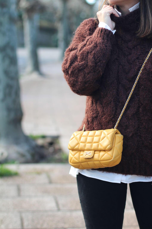 como combinar tu jersey de lana. look con jersey de lana. look con bolso amarillo acolchado