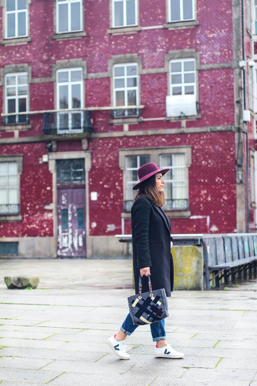 como-combinar-tus-veja-sombrero-granate-street-style-veja