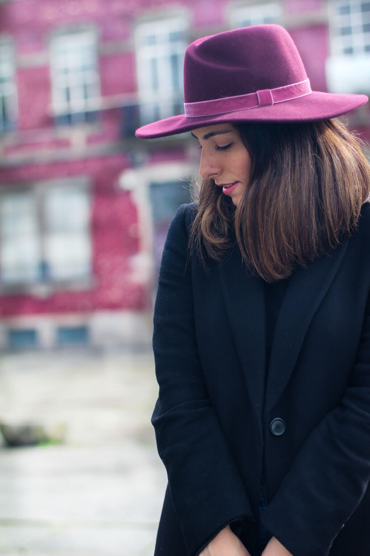 sombrero-burdeos-look-con-abrigo-negro-street-style-veja