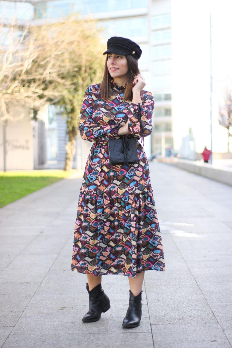 vestido-midi-estampado-riñonera-negra-botines-camperos