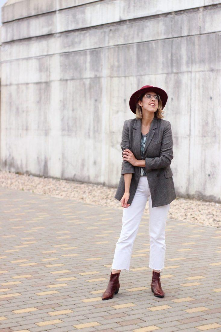 sombrero-granate-jeans-blancos