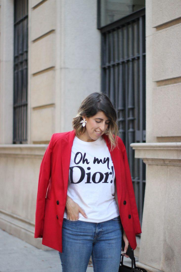 blazer-roja-street-style-pendientes-flor-blanca-diecisietecosas