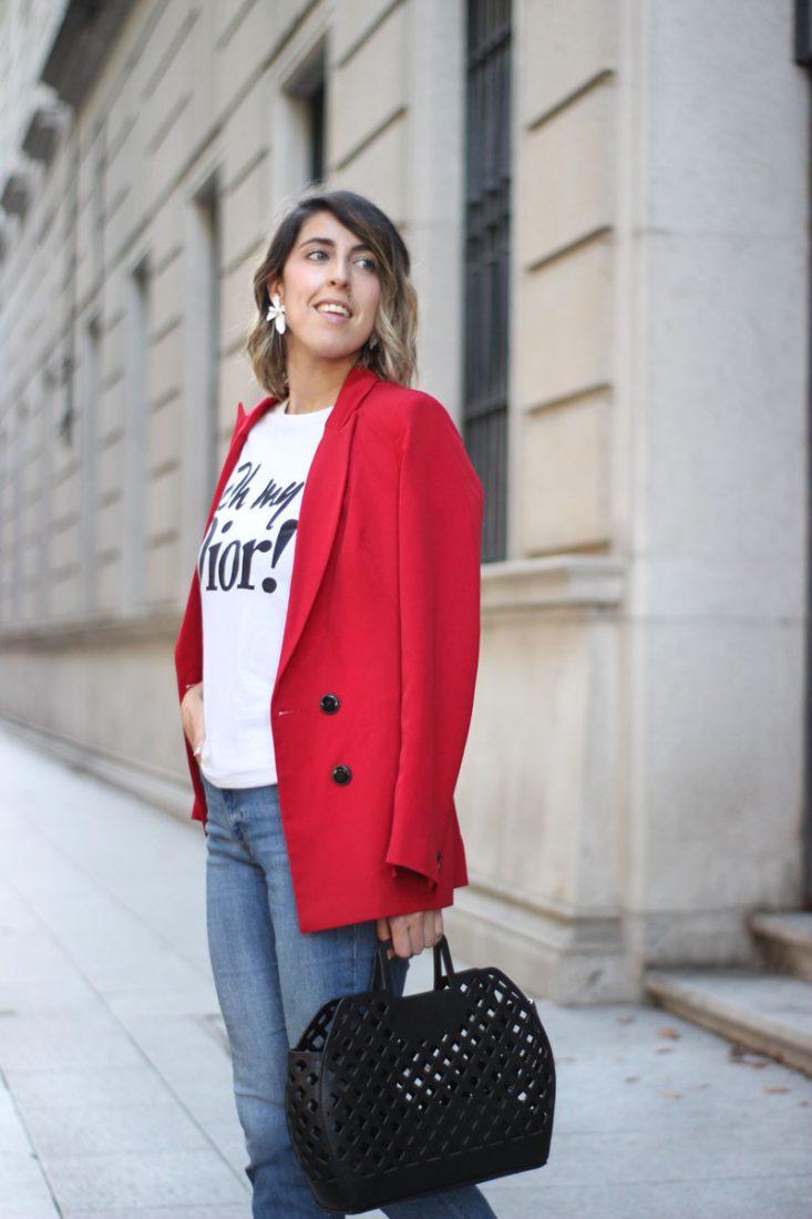 bolso-cesta-negro-jeans-chaqueta-roja