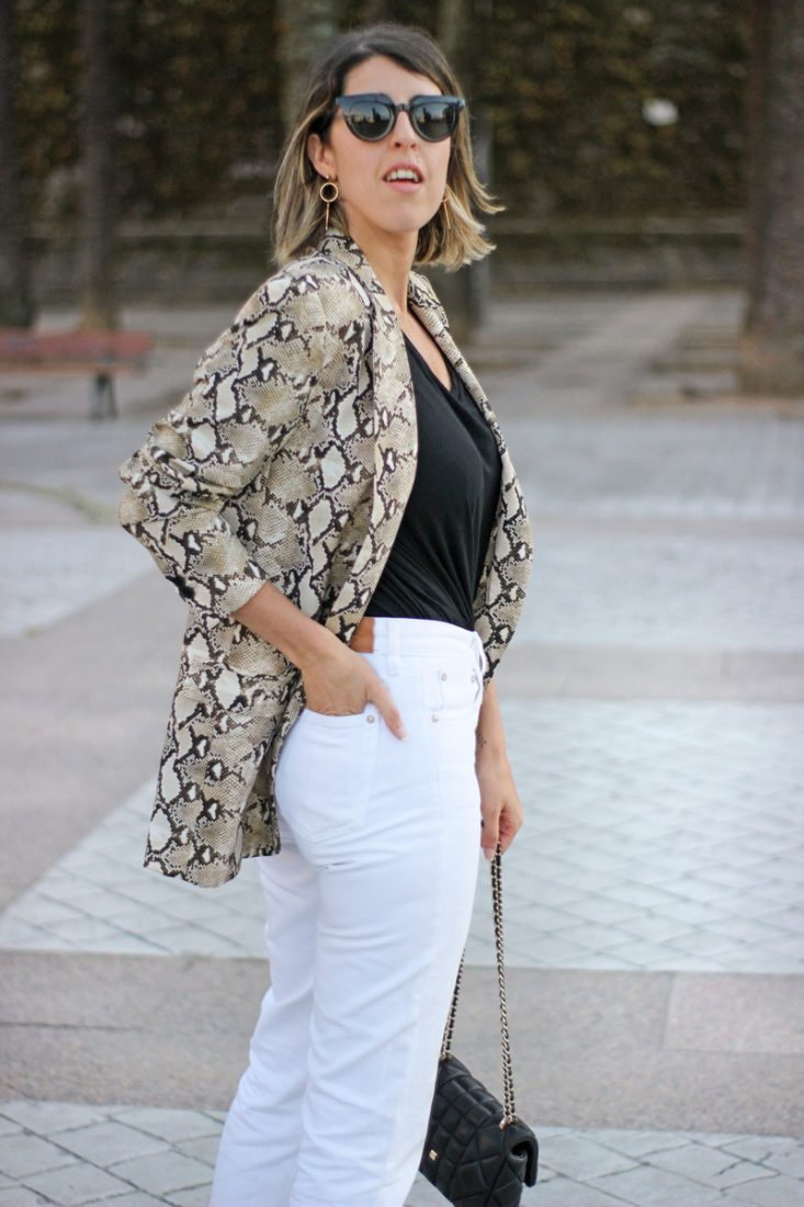 chaqueta-estampado-serpiente-mom-jeans
