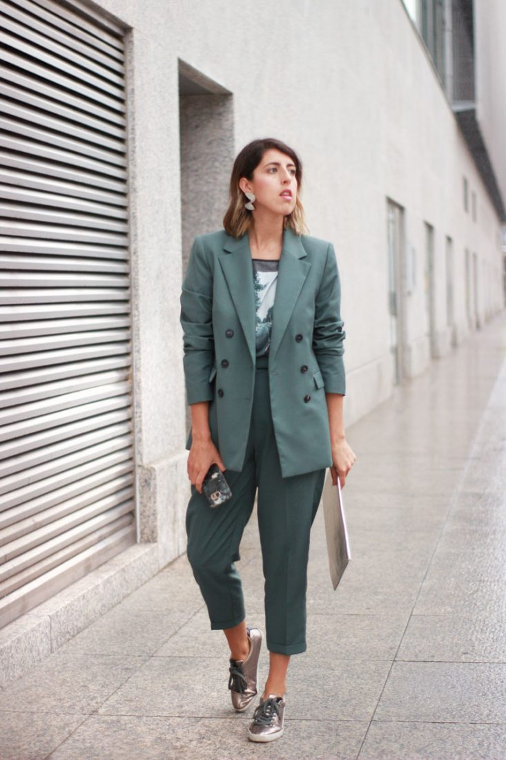 look-traje-oficina-deportivas-street-style
