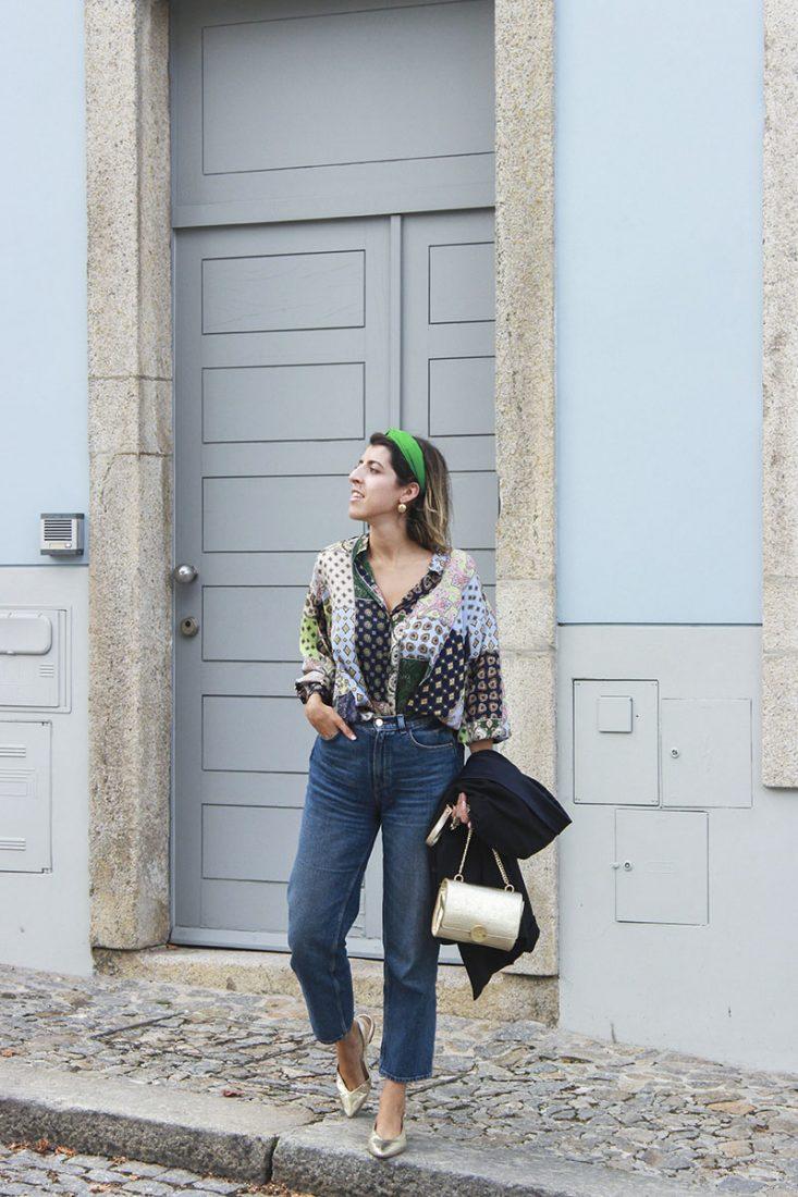 look-con-diadema-camisa-estampada-azul-jeans