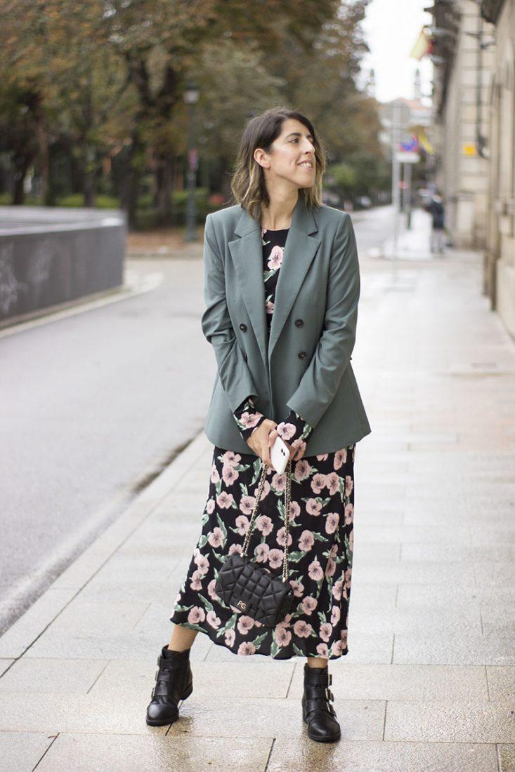 vestido-largo-botines-militares-blazer-verde