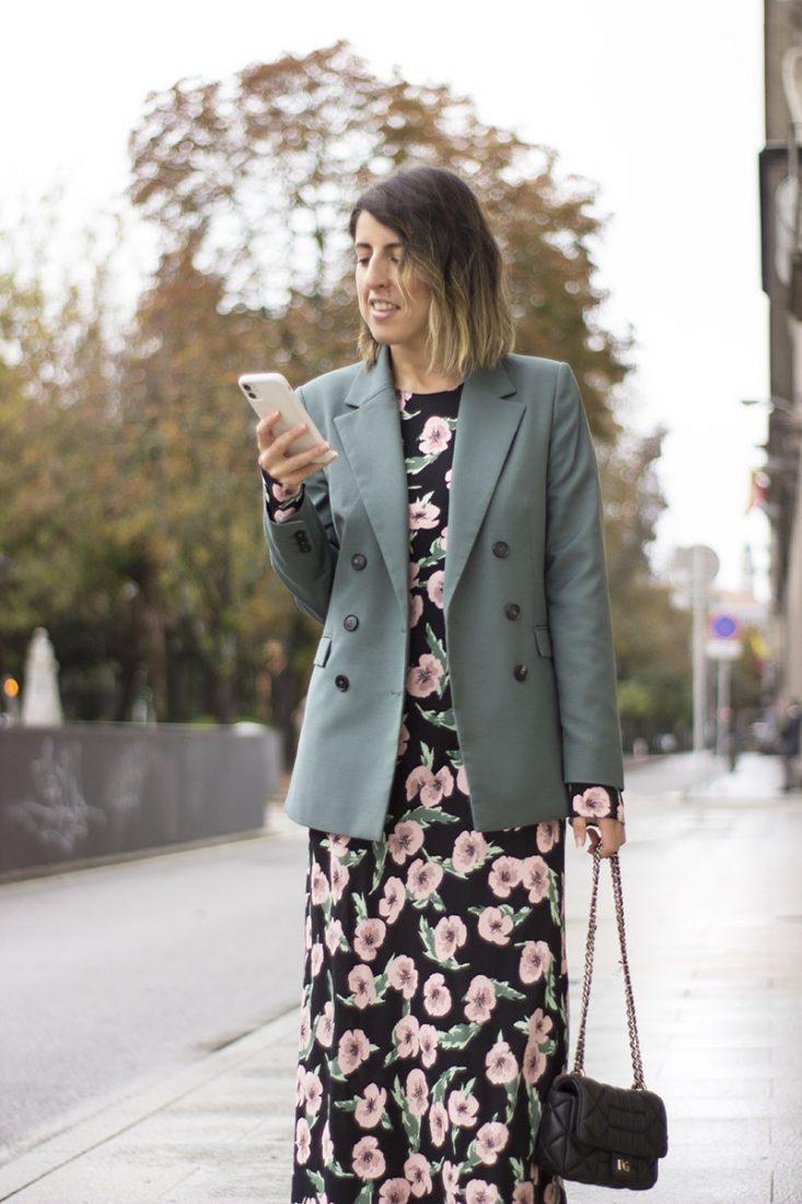 vestido-midi-de-flores-blazer-verde-iphone-11