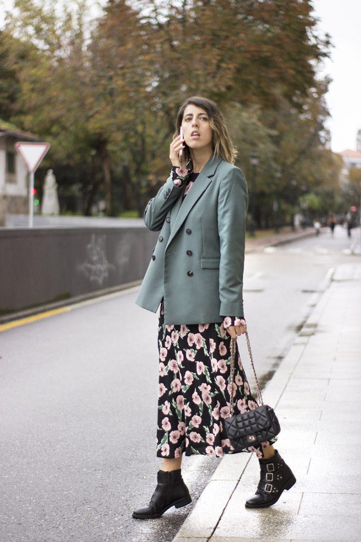 vestido-midi-de-flores-zara-blazer-verde