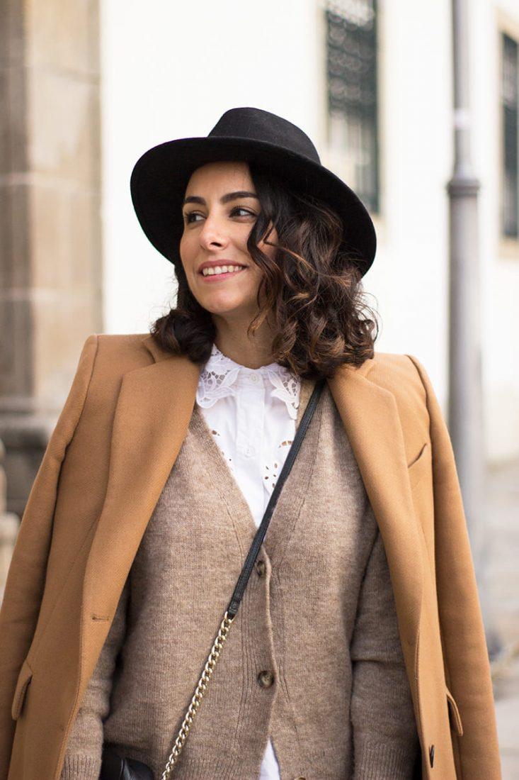 sombrero-negro-abrigo-camel-chaqueta-beige-moda-vigo-1