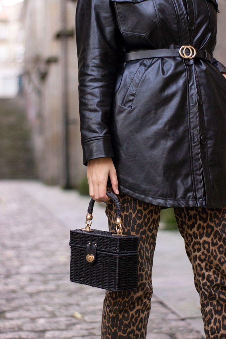 jeans-estampado-leopardo-bolso-cesta-negro