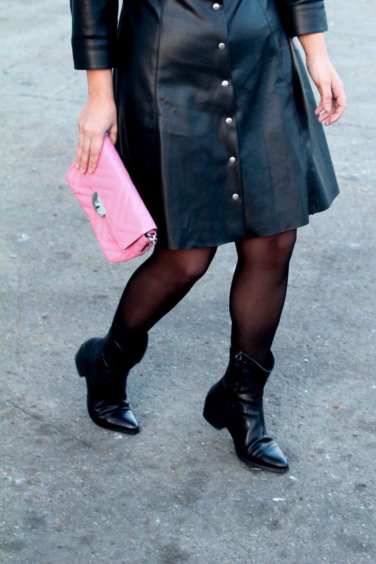 botines-cowboy-bolso-rosa-acolchado-como-combunar-tu-vestido-de-piel
