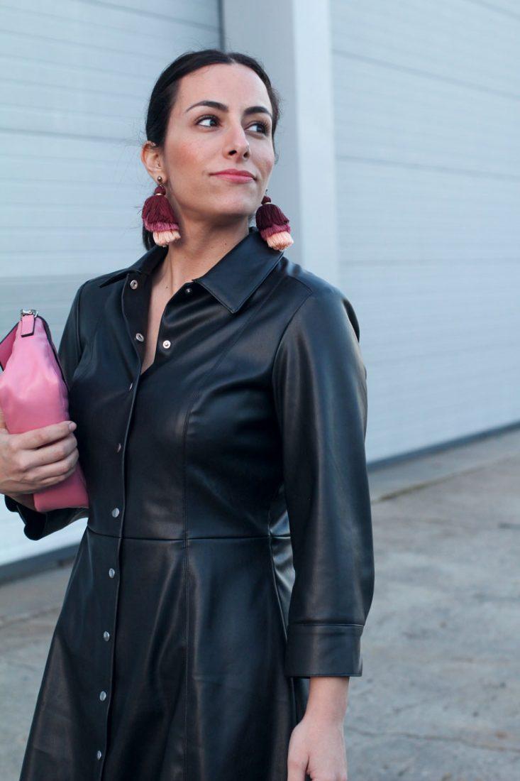 pendientes-pompones-como-combinar-tu-vestido-de-piel-street-style-leather-dress